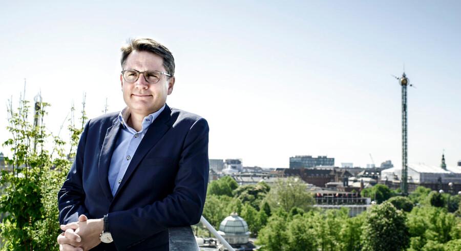 Ervhervsminister Brian Mikkelsen vil blandt andet øge konkurrencen på realkreditmarkedet ved at indføre, at der i salgsopstillinger for boliger skal være en henvisning til prisportalen Tjekboliglån, som han lancerede for halvandet år siden. Men portalen får hårde ord med på vejen fra blandt andre Forbrugerrådet Tænk og app-ekspert.