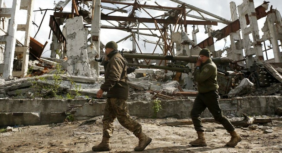 Ukrainske soldater foran en bombet kulmine i Donetsk 11 maj.
