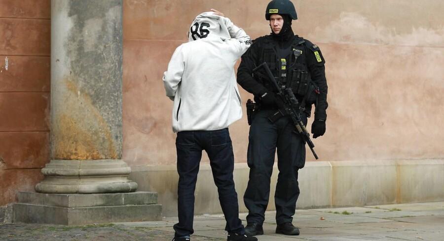 Retssag om medvirken til terrordrab ved synagoge i København. Politi opbud på Nytorv.