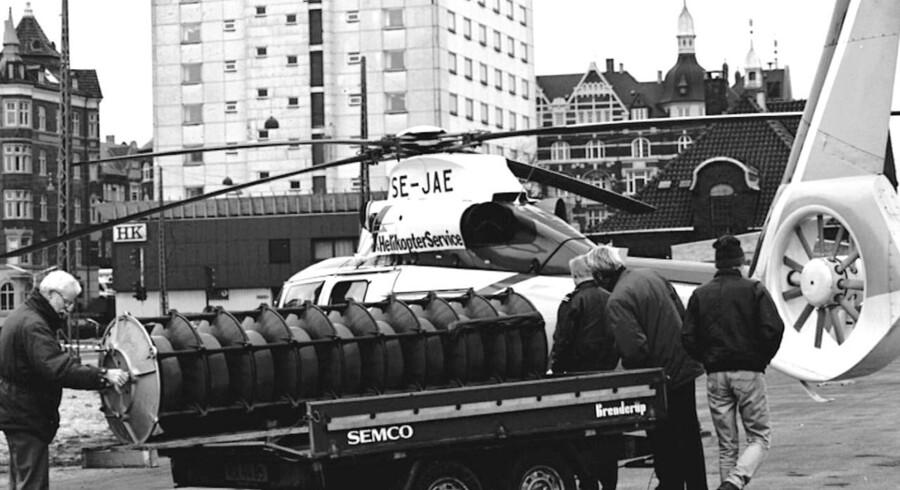 Den 11. november 1994 blev en ny sirene placeret på det, der dengang var HK-huset i København. Sirenen, der er mere end mandshøj, blev løftet op på taget af højhuset ved Kalvebod Brygge af en helikopter - derfor sendte avisen en fotograf.