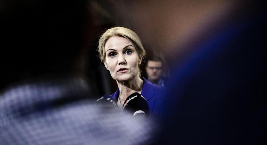 »Hvorfor...? Hvad har du tænkt dig at sige?« spørger Helle Thorning-Schmidt sin mand kort inden et TV-interview.