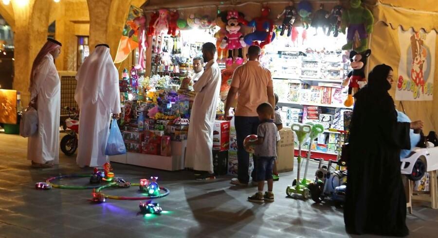 Salg af overvågningsudstyr til diktaturer i Mellemøsten vækker harme. Her ses handlende på Souq Waqif market i Doha, Qatar.