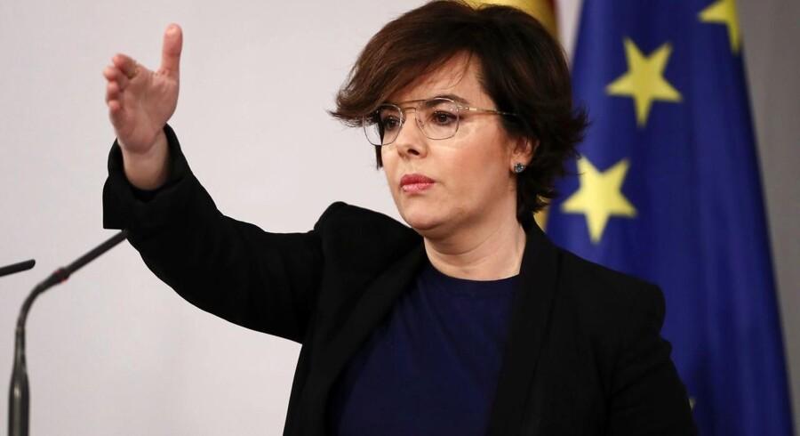 Den spanske regering har taget formelt skridt for at få afsat Carles Puigdemont som leder ved en domstol. Her ses vicepremierminister Soraya Saenz de Santamaria.