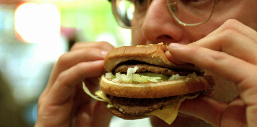 På de sociale medier diskuterer krigere fra Islamisk Stat, om de må sætte tænderne i en McDonald's-burger, som de har importeret fra Tyrkiet. Arkivfoto: Jens Nørgaard Larsen