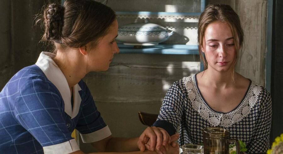 Red barnet: Fie (Rosalinde Mynster) forsøger at trøste den ulykkelige Ane (Mia Helene Højgaard).
