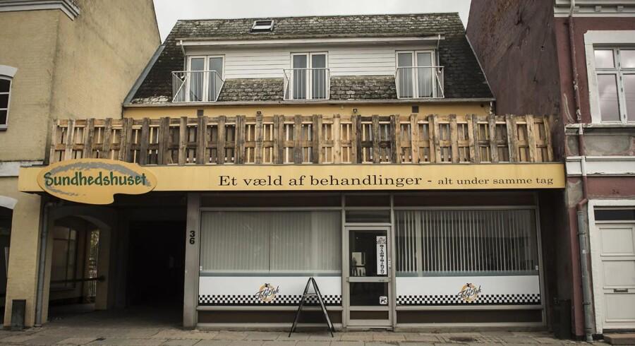 Denne bygning er ejet af Jørgen Elholm. Og her huserer medlemmer af rockergruppen Satudarah. Lige nu undersøger Lolland Kommune, om de kan smide dem permanent ud. (Foto: Anne Bæk/Scanpix 2017)