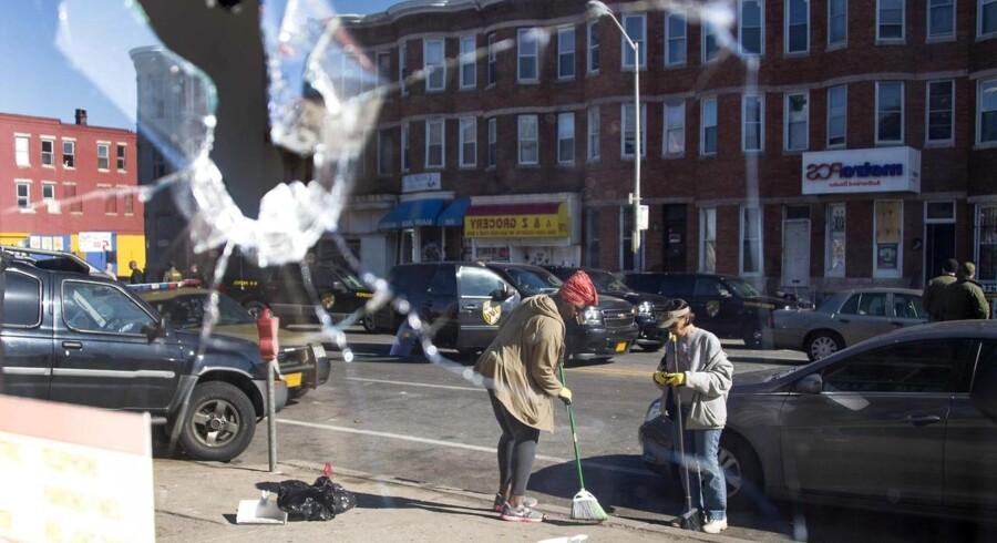 Der bliver fejet glasskår op i Baltimores gader i dag.Her er to kvinder i gang med oprydningen.