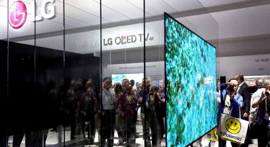 De store - og stadig tyndere - fladskærme er populære og sælger godt. Her en af sydkoreanske LGs OLED-TV. Arkivfoto: Steve Marcus, Reuters/Scanpix