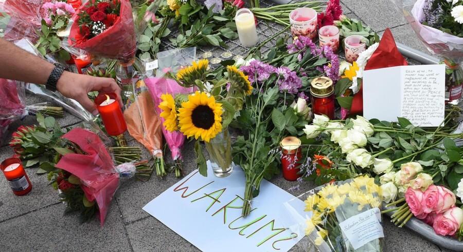 Per Stig Møller: »Terrorister vrede på den vestlige kultur, de er vokset op i. De vil hævne sig, og ved at blive gjort til Allahs hævnere opfylder de en højere mission, som består i at dræbe de vantro. I denne gerning kan de finde støtte i IS.« Her blomsterne på fortovet efter terroren i München 22. juli.