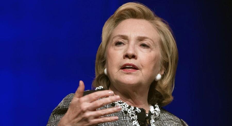 Det amerikanske udenrigsministerium har nu offentliggjort knap 300 breve fra Hillary Clintons private e-mailkonto, som præsidentkandidaten brugte i sin tid som udenrigsminister.