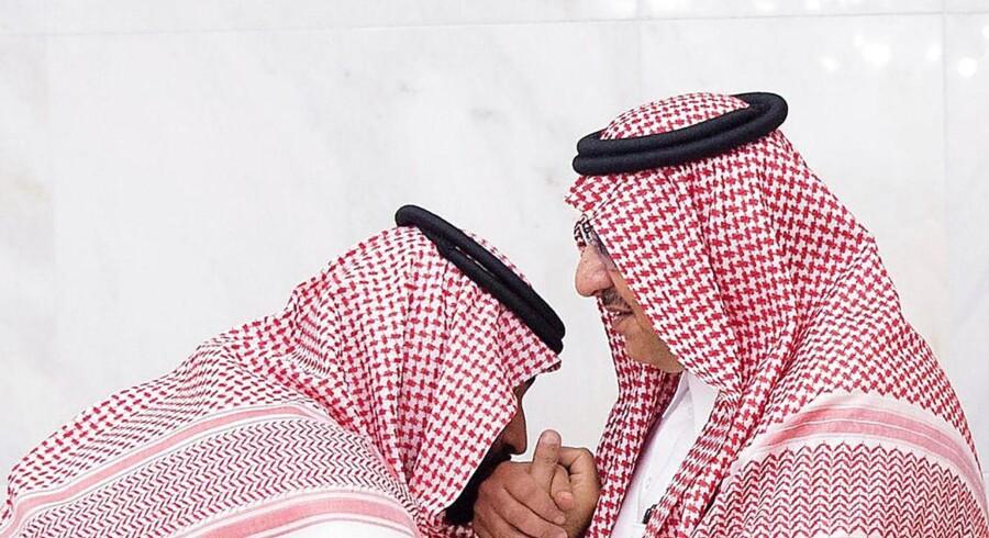 epa06041079 Den nyudnævnte kronprins Muhammed bin Salman (tv) kysser den kasserede kronprins Muhammed bin Nayefs hånd som tegn på respekt. 21 Juni 2017. King Salman bin Abdulaziz al-Saud issued a royal decree on 21 June 2017 EPA/SAUDI PRESS AGENCY HANDOUT HANDOUT EDITORIAL USE ONLY/NO SALES