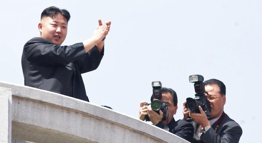 Mandag morgen blev fire missiler affyret fra Nordkorea mod Det Japanske Hav. Nordkorea betegner øvelserne som forberedelser på en krig. ARKIVFOTO Nordkoreas leder Kim Jong-un (Foto: Pyongyang/Scanpix 2013)