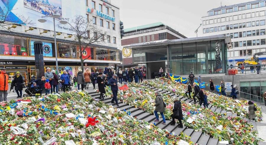 Blomsterhavet foran Åhlens på Drottninggatan i det centrale Stockholm, hvor angrebet fandt sted.