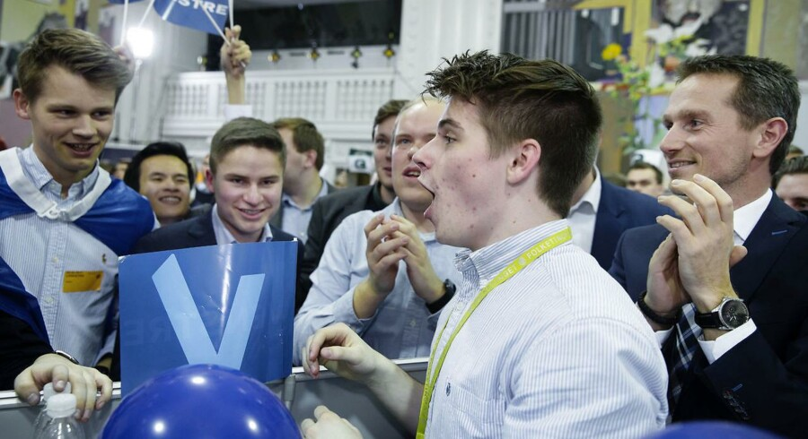 Der var både feststemning og valgstemning, da mange af landets skoler afholdte Skolevalg. Selve valgaftenen foregik på Christiansborg, hvor også flere ministre og folketingspolitikere deltog - bl.a. finansminister Kristian Jensen (V). Venstre blev skolevalgets vinder, og i det hele taget tegner eleverne et blåt danmarkskort.
