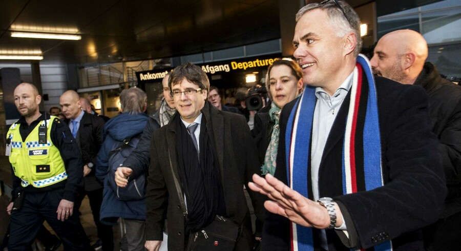 Carles Puigdemont ankom mandag morgen under stor mediebevågenhed til Københavns lufthavn. Rejsen er hans første tur udenfor Belgien, siden han søgte eksil i Bruxelles i oktober sidste år.