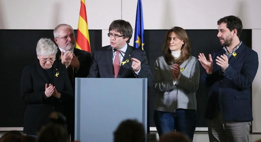Den afsatte selvstyrepræsident Carles Puigdemont fejrer sammen med fire af sine ligeledes fyrede ministre separatisternes valgsejr i deres belgiske eksil. Men det blive mere end svært at danne en handlekraftig ny regering. I særdeleshed med Puigdemont i spidsen. Han vil nemlig blive anholdt, hvis han vender tilbage til Catalonien. EPA/STEPHANIE LECOCQ