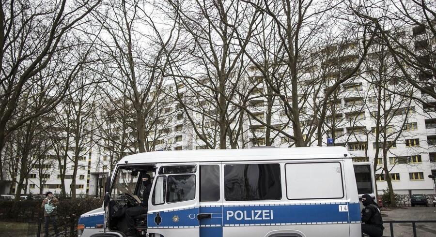 En maskeret politibetjent deltager i mandagens omfattende razzia mod berlinske islamister. I centrum for ransagninger står en berygtet moske, der blev frekventeret af den tunesiske terrorist Anis Amri.