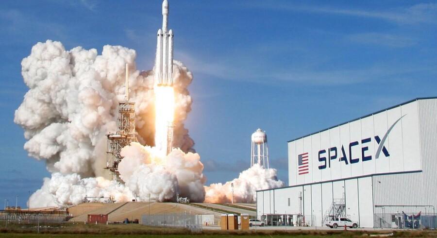 Lørdag afgår første raket med satellitter til Elon Musks kommende rumnet, der skal levere lynhurtigt bredbånd til Jorden og finansiere hans videre rejse mod Mars. Her letter Falcon Heavy-raketten 6. februar med bl.a. en Tesla-bil om bord. Arkivfoto: Thom Baur, Reuters/Scanpix