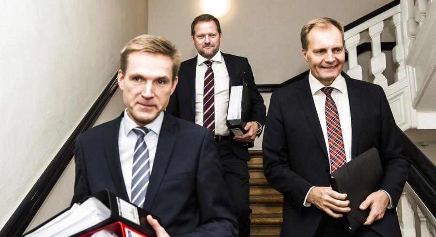 Som finansordfører på Christiansborg er René Christensen (i midten) kendt for at stå bag Kristian Thulesen Dahl i vigtige økonomiske forhandlinger. Nu går han efter borgmesterposten i Guldborgsund.