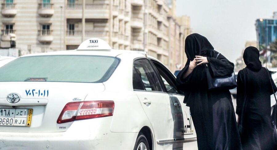 Forbud mod kvindelige bilister har i årevis tvunget saudi-arabiske kvinder til at tage taxa eller blive kørt af en mand. Tirsdag udstedte den saudi-arabiske kong Salman et dekret, der tillader saudi-arabiske kvinder at køre bil.