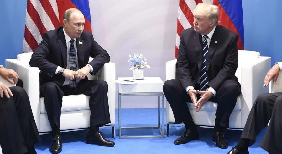 Donald Trump og Vladimir Putin holdt deres første officielle møde under G20-topmødet i Hamborg i begyndelsen af juli. De to ledere diskuterede ikke de amerikanske sanktioner mod Rusland, sagde Trump efterfølgende.