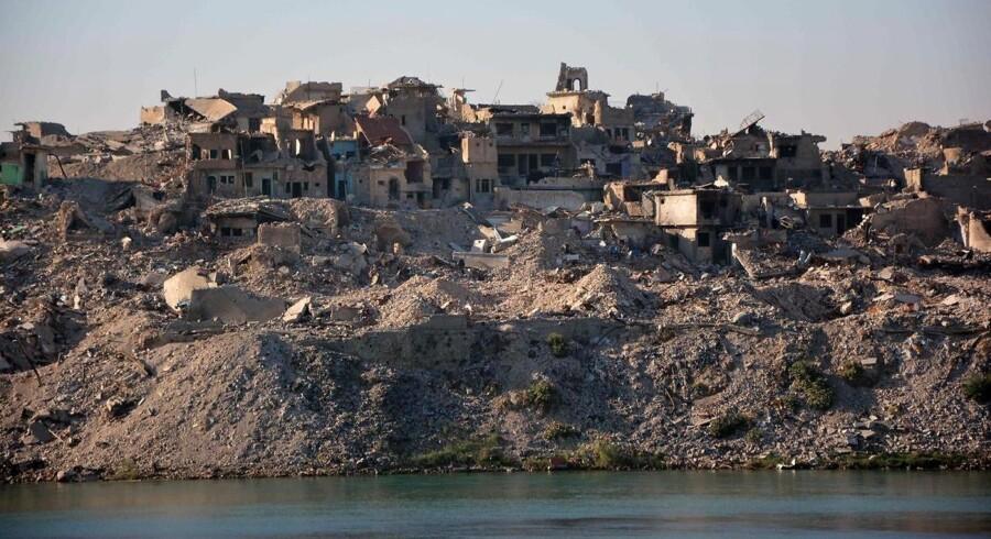 Byen Mosul blev i løbet af de hårde kampe mod Islamisk Stat nærmest reduceret til en rygende ruin. Omkring 1200 flygtninge, koner og børn af jihadister fra kalifatet, sidder nu i flygtningelejr i Irak. Irak har i sinde at udvise 300 af dem.