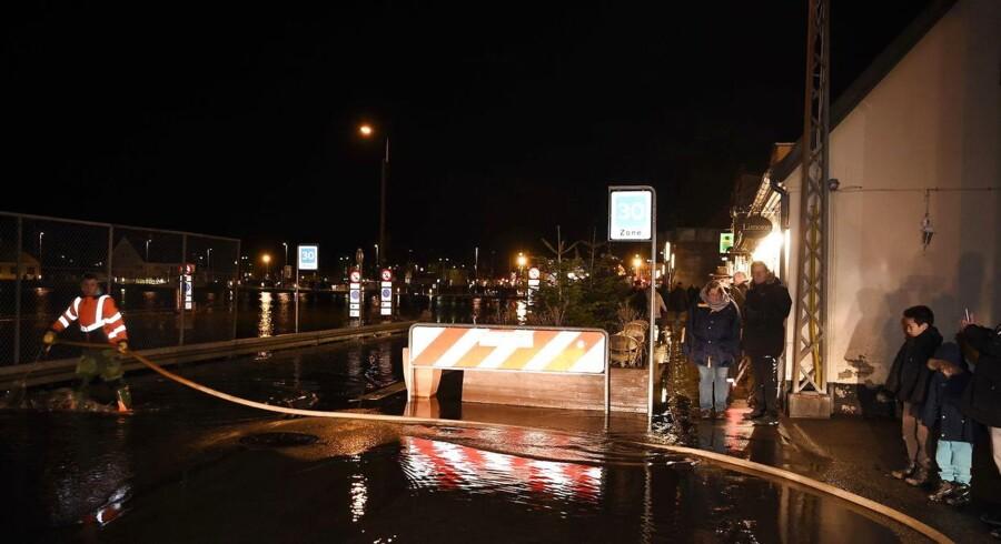 Flere politikredse opfordrer nu nysgerrige til at holde sig væk fra oversvømmede områder.
