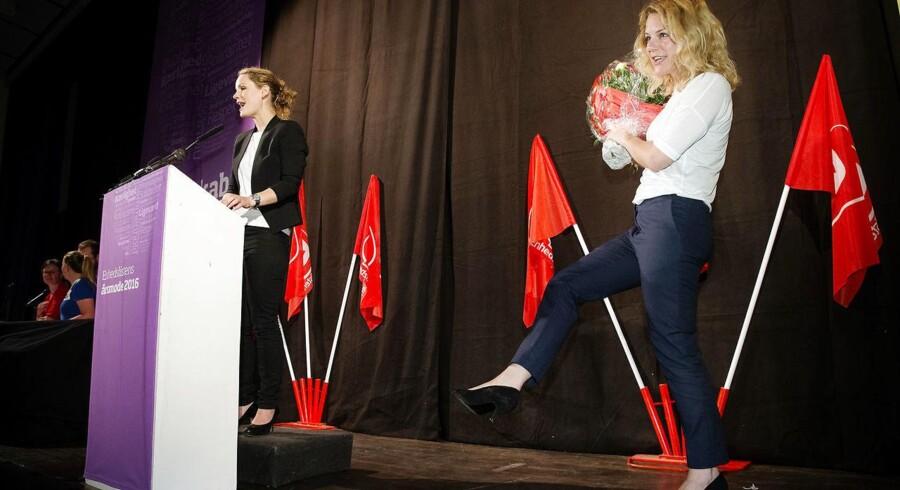 Enhedslisten afholder Årsmøde i Søborg. 13. maj 2016. Pernille Skipper holder beretning og bruger lejligheden til at takke Johanne Schmidt Nielsen og joker med at hendes sko er svære at fylde ud.