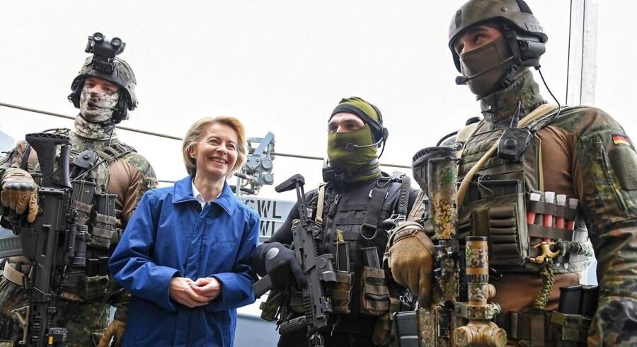 ARKIVFOTO: Tysklands forsvarsminister, Ursula von der Leyen, sammen med en gruppe tyske specialstyrker under et besøg hos den tyske flåde i Kiel.