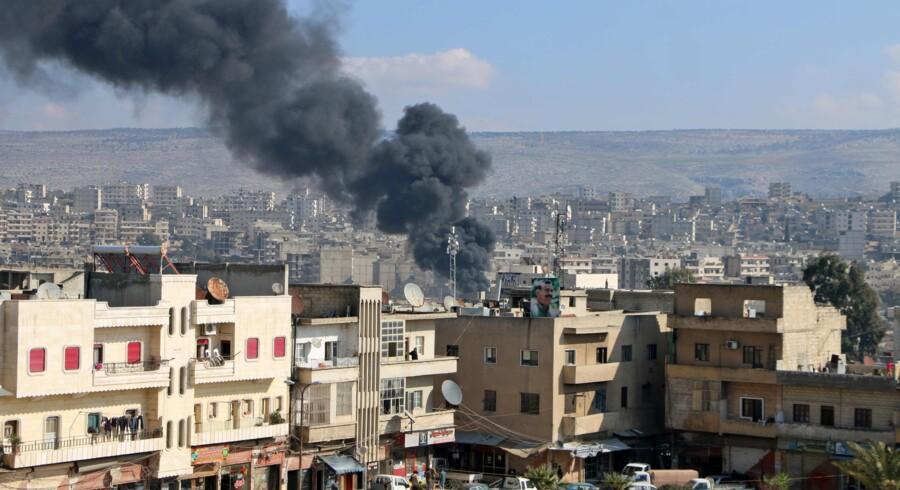 Tyrkiske bombeangreb mod en kurdisk milits, som var spydspids i kampen mod Islamisk Stat, fortsætter, mens syriske fly har optrappet luftangreb mod andre oprørsgrupper længere mod syd. Scanpix/Ahmad Shafie Bilal