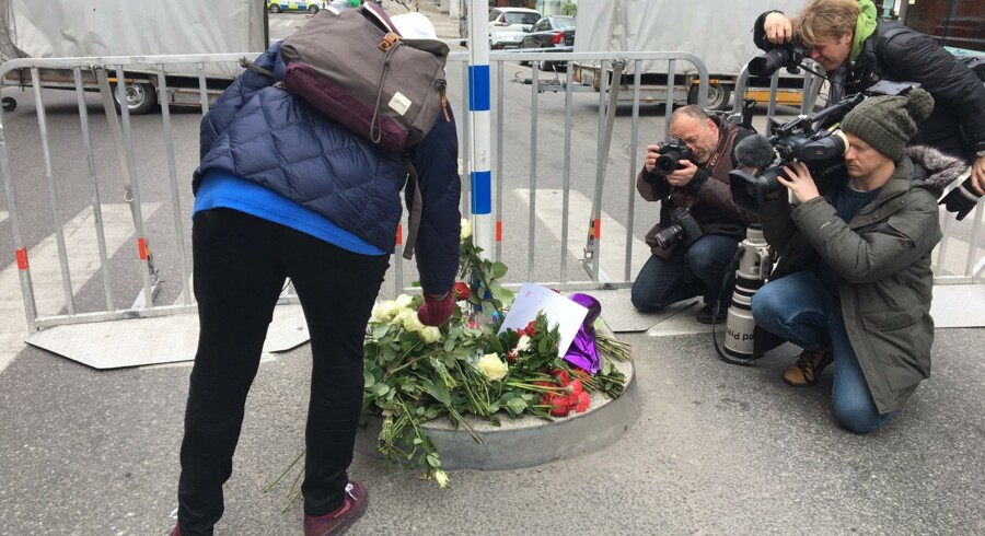 En person ses lægge blomster ved stedet, hvor en lastbil fredag kørte ind i en folkemængde i det centrale Stockholm. Free/Frederik Hagemann, Ritzaus Bureau