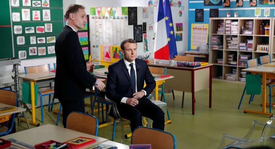 Frankrigs præsident, Emmanuel Macron, hævdede torsdag under et TV-interview at have beviser for det syriske regimes brug af kemiske våben. Her gør han klar til interviewet, der blev sendt fra en nordvestfransk børnehaveklasse.