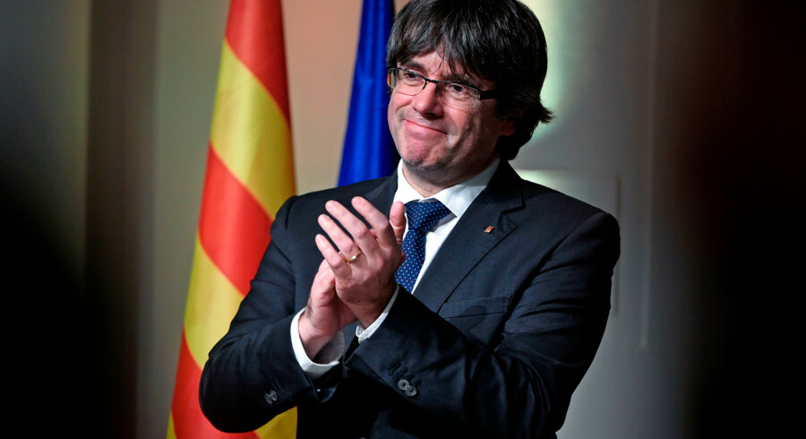 Catalonia's sacked leader Carles Puigdemont applauds during a meeting with Catalan mayors in Brussels on November 7, 2017. Around 200 pro-independence Catalan mayors flew to Brussels on November 7 and held a protest demanding the release of their region's »political prisoners«. Puigdemont claimed on November 7, 2017, that he fled to Belgium because Spain was preparing a »wave of oppression and violence« against his separatist movement. / AFP PHOTO / JOHN THYS