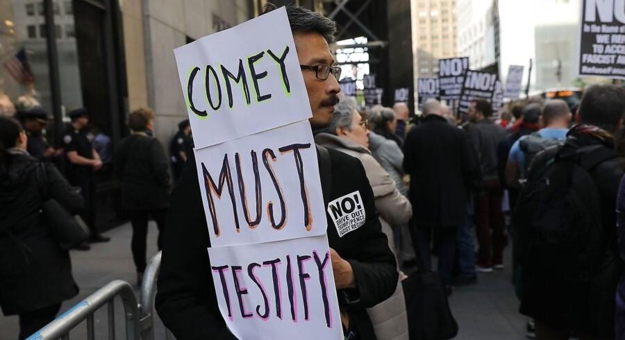 Demonstranter kræver undersøgelse af Trumps Ruslands-forbindelser.