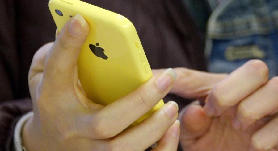 Alle med iPhone 5C og nyere Apple-telefoner kan nu begynde at bruge trådløse net som »hjælpemobilmaster«, når den indendørs dækning bliver for dårlig. »3« kommer først med den nye teknologi i Danmark og Sverige. Arkivfoto: Justin Lane, EPA/Scanpix