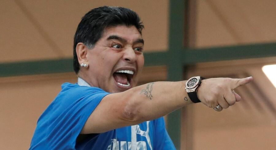 Diego Maradona har været særdeles iøjnefaldende ved flere kampe under VM-slutrunden, hvor han er inviteret til af Fifa. Senest har Maradona undskyldt sine udtalelser om amerikansk dommer. Matthew Childs/Reuters