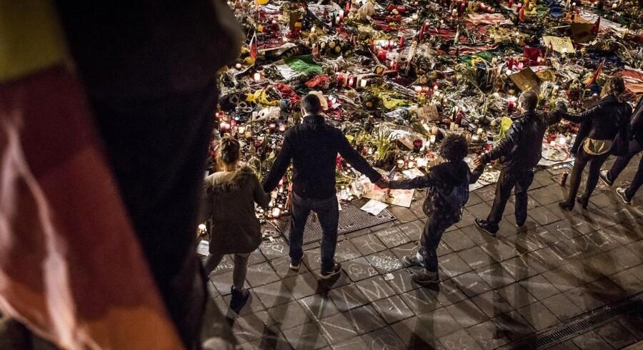 Fredag aften d. 26 marts - tre dage efter angrebet - fortsatte belgierne med at møde op Place de la Bourse og vise empati og respekt for ofrene, der blev ramt i angrebet.
