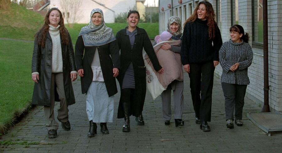 Unge tyrkiske kvinder vil bestemme selv. Her ses Cemile, Serpil, Canan, Semra, Hacer og Sipel. 21-årige Hacer er gift med sin fætter efter eget ønske. Canan og Cemile på 17 og 16 år vil uddannes som politibetjent, og giftes med dansk-tyrkiske mænd, der taler ordentligt dansk. Dansk-tyrkere må vælge mellem dansk eller tyrkisk statsborgerskab, mener Dansk Folkepartis udenrigsordfører, Søren Espersen. Scanpix/Jørgen Jessen