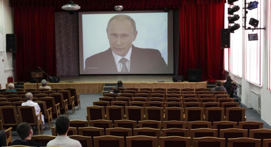 Ansatte og beboere på et plejehjem i byen Stavropol nord for Kaukasus overværede Putins tale i plejehjemmets sal.