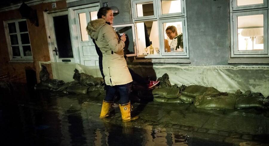 Stormflod i Faaborg. Fotograferet omkring Færgevej i Faaborg. Færgevej var en af de værst ramte beboerområder i byen. Sofie Find og Karen Gadegaard Olsen besøger Susanne Dam Rasmussen, hvis hus Sofie ejer og Susanne lejer af hende.De kom ned med tæpper og sandsække og fik til gengæld en kop varm kaffe med en Baileys til