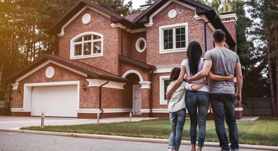 Udbudspriserne - altså hvor meget sælgerne sætter huset til salg for - har nemlig taget endnu en nøk op fra sidste år. På landsplan var et hus den 1. maj sat til salg for 15.019 kroner, mens det sidste år var 13.916 kroner.