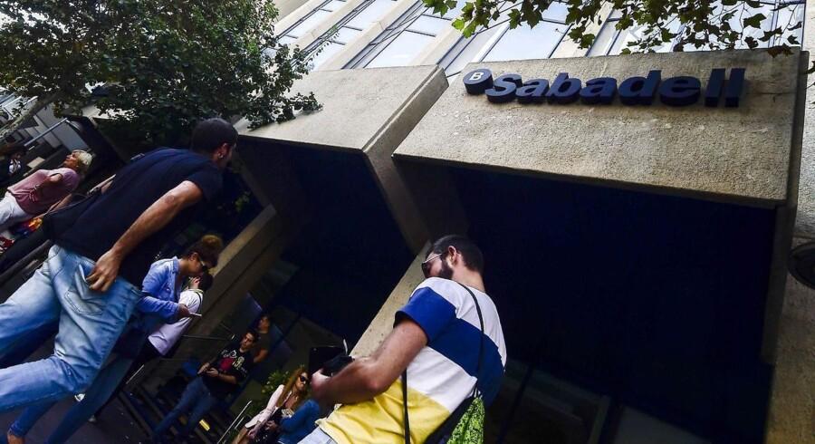 Cataloniens næststørste bank, Banc Sabadell, har besluttet at flytte hovedkvarteret fra Barcelona til Alicante. Catalonske seperatister opfordrer fredag folk til at trække deres penge ud af de catalonske banker