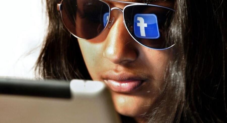 I Danmark læser næsten hveranden, 47 procent, nyheder på de sociale medier som Facebook. Foto: AFP