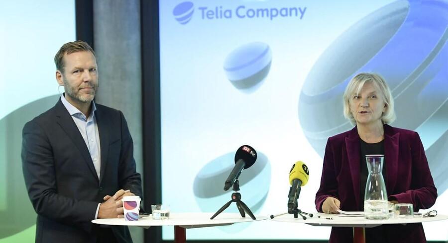 Telias topchef Johan Dennelind (til venstre) og bestyrelsesformand Marie Ehrling (til højre) har fået frie hænder til at fortsætte med opkøbsplanerne af Bonniers TV-forretning. Den svenske stat, som er storejer i Telia, vil ikke blande sig. Arkivfoto: Janerik Henriksson, TT/AFP/Scanpix