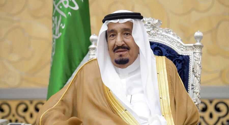 Kong Salman stillede op til fotos i Jeddah Lufthavn, da han forleden vendte hjem fra sin ferie i Marrokko.
