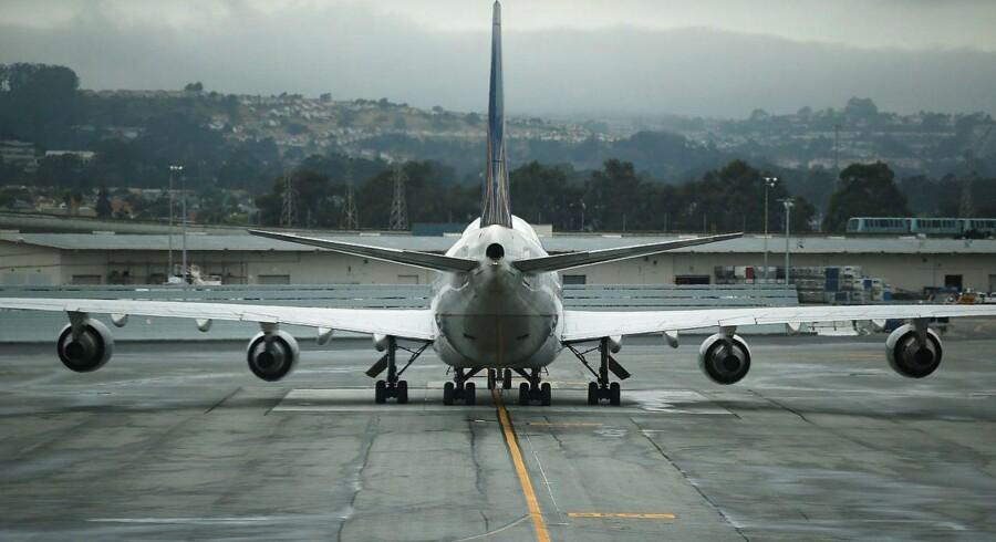 Passagerfly forurener væsentligt mere per kilometer end alle andre transportformer. Men samtidig er fly oftest det billigste tranportmiddel, blandt andet fordi brændstof til fly ikke beskattes.
