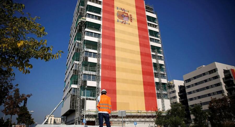 Verdens største spanske flag pryder et nybygget højhus i Madrid. Overalt i landet dominerer nationalfarverne bybilledet i protest mod Cataloniens forsøg på at løsrive sig. REUTERS/Andrew Winning TPX IMAGES OF THE DAY