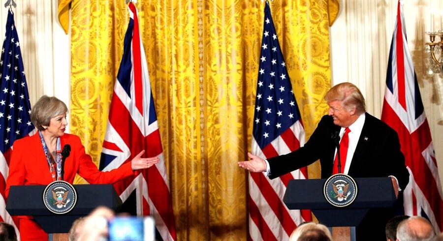Den britiske premierminister Theresa May og Donald Trump mødtes i januar 17 i Det Hvide Hus i Washington DC. Nu vil britiske embedsmænd rykke Trumps statsbesøg for at undgå protester. REUTERS/Kevin Lamarque