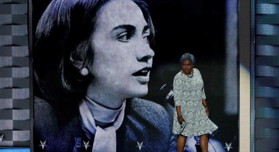 Donna Brazile retter hårde anklager mod Hillary Clinton. Her ses Donna Brazile ved det demokratiske partis årsmøde i juli 2016. I baggrunden et ungdomsfoto af Hillary Clinton. REUTERS/Mike Segar/File Photo