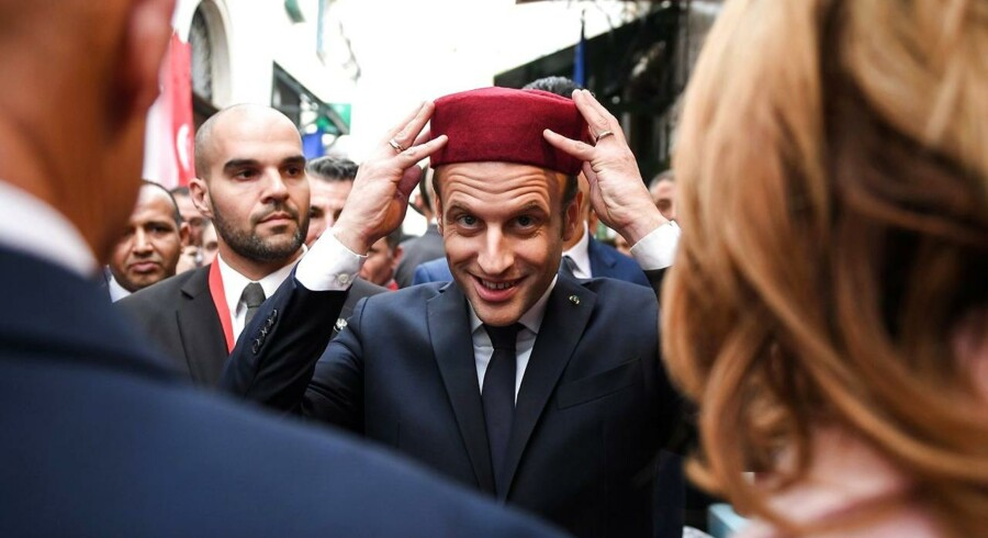 Mens Emmanuel Macron, her med fez, i den forløbne uge besøgte Tunesien, bebudede regeringen hjemme i Paris en offensiv mod skattesnyd, der skal gøre op med hans image som »de riges præsident«. . EPA/ERIC FEFERBERG / POOL MAXPP OUT